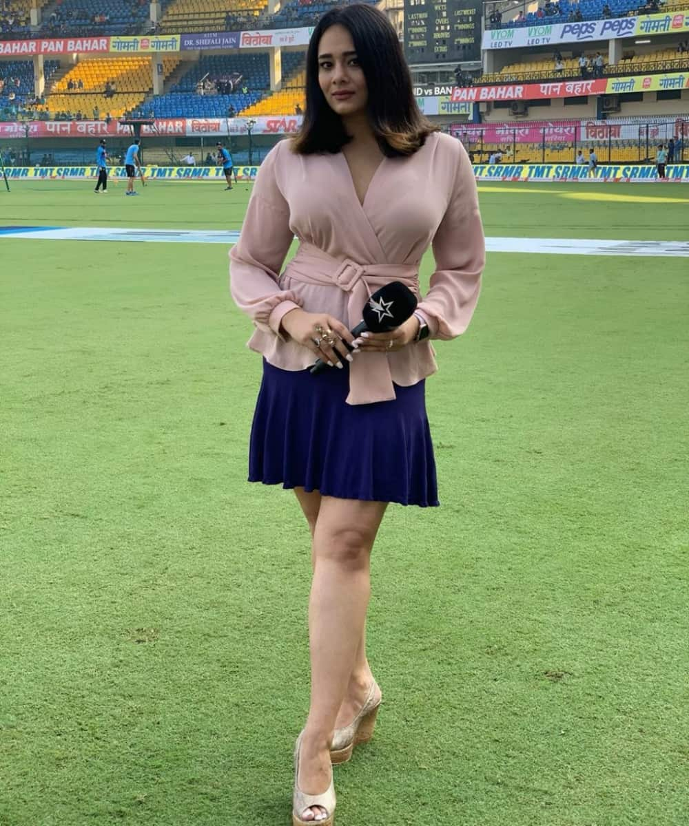 10 Most beautiful female IPL anchors till now